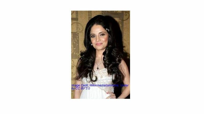 Pakistani actor Armeena Khan react at Priyanka Chopra for glorifying war