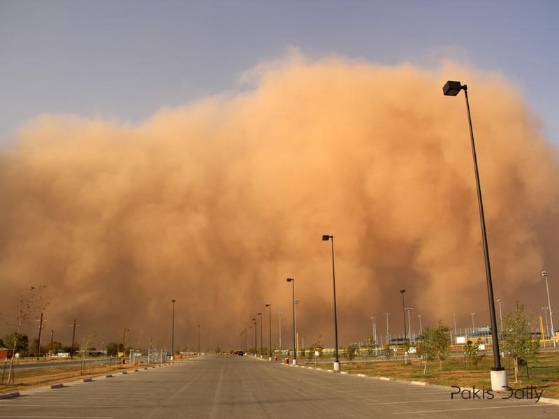 Dust storm hits Karachi, Three killed and many injured