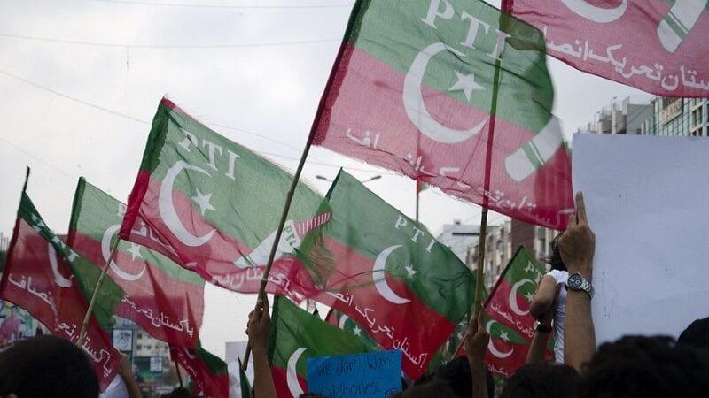 پاکستان تحریک انصاف (پی ٹی آئی) نے ملک بھر میں نواز شریف کو حکومت کی طرف سے دی جانے والی مشروط اجازت اور جے یو آئی (ف) کے احتجاج کے بعد ابھرتی ہوئی سیاسی صورتحال پر تبادلہ خیال کے لئے اپنی کور کمیٹی کا اجلاس جمعہ کو طلب کیا۔