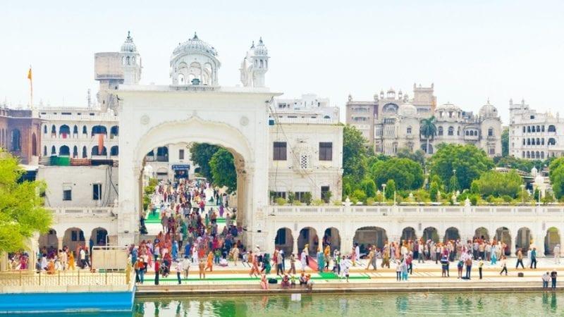 مختلف ممالک کے سکھ یاتری بابا گرو نانک دیو کے دربار پر حاضری دیتے ہیں
