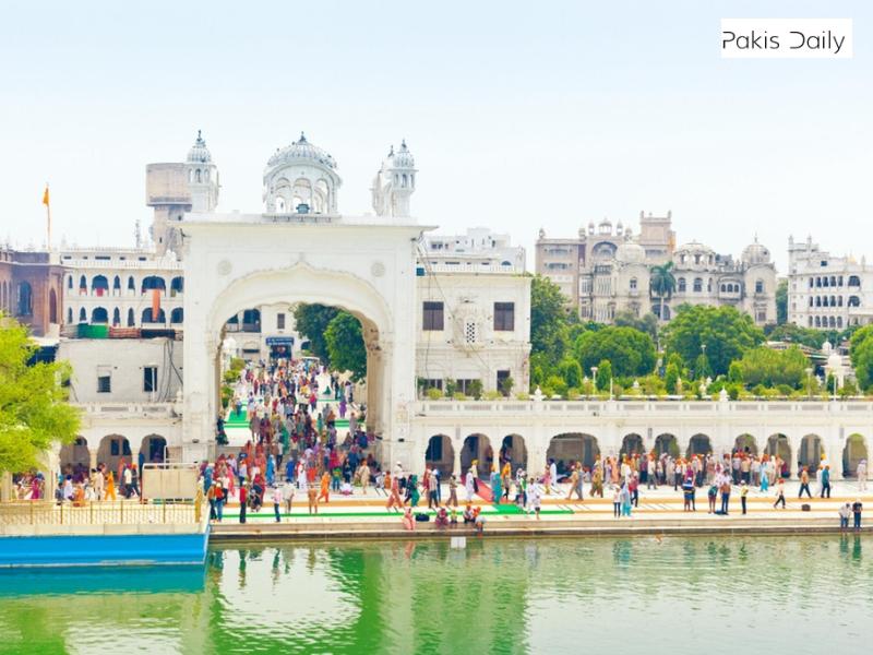 سکھوں نے پاکستان میں مقدس مزار پر راہداری کے افتتاح کا انتظار کیا.