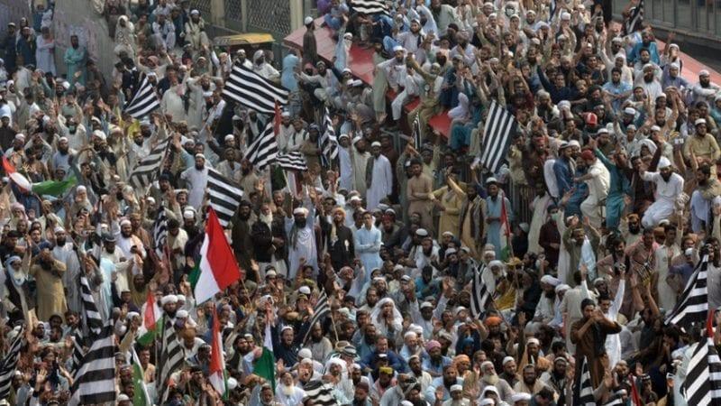 ہزاروں مظاہرین نے پاکستان کے وفاقی دارالحکومت میں ، '' آزادی '' مارچ کے بینر تلے وزیر اعظم عمران خان کو عہدے سے عبور کرنے کی کوشش کی ہے۔