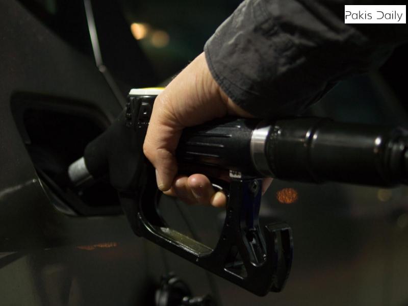 اوگرا نے پیٹرول کی قیمت میں 2.61 روپے اضافے کی سفارش کی ہے.