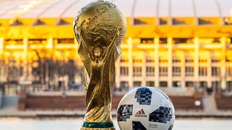 ماسکو کے لوزانیکی اسٹیڈیم کے پس منظر میں فیفا ورلڈ کپ کی روس ٹرافی اور فیفا ورلڈ کپ 2018 کی سرکاری بال ایڈی ڈاس ٹیل اسٹار 18۔