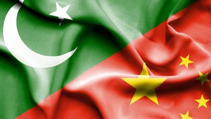 چین اور پاکستان کا پرچم لہراتے ہوئے