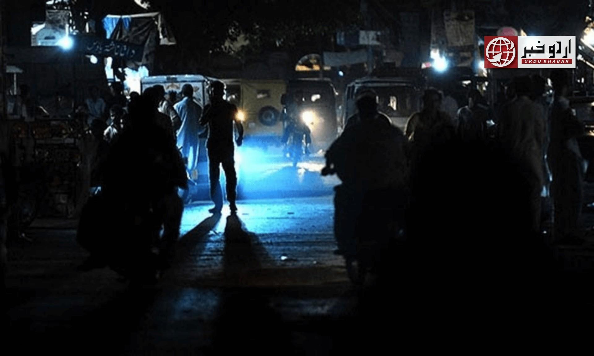 کراچی میں لمبی لوڈشیڈنگ، سڑکوں پر تین تین فٹ گڑھے پڑ گئے، انتظامیہ غائب، شہریوں کا احتجاج